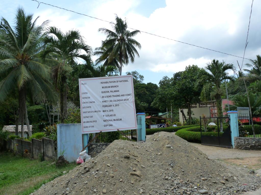 Muzeum v Quezonu. V nynejší době je muzeum v rekonstrukci. Permit nám vydal strážník v budce.