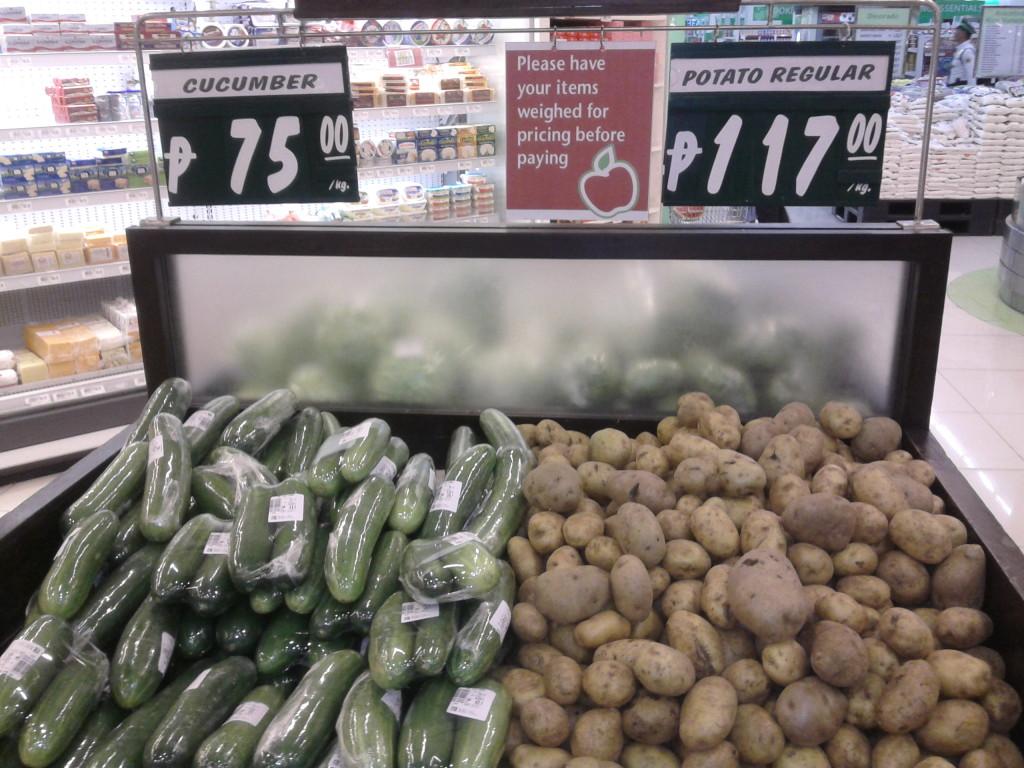 Cena brambor a okurek v supermarketu