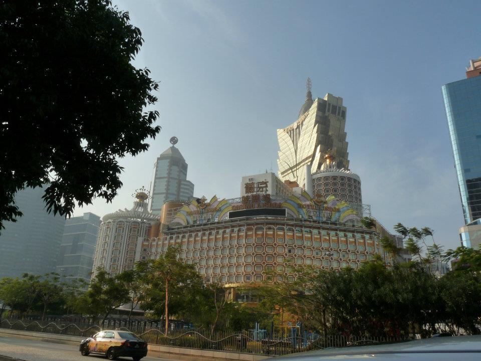 Jeden z luxusních hotelů a kasín v Macau.