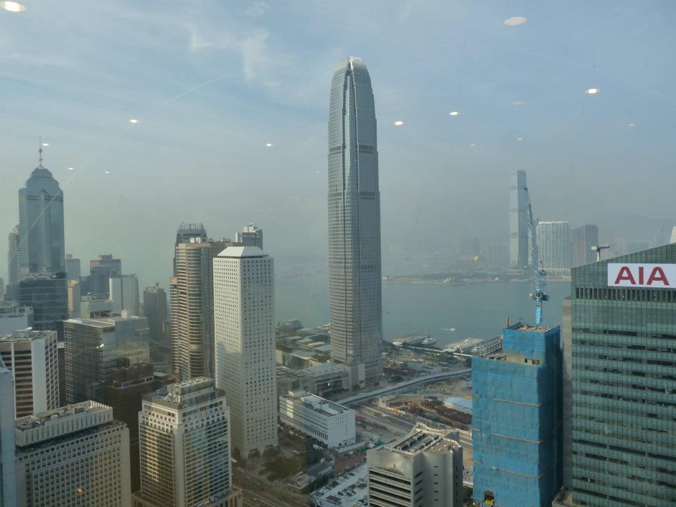 Výhledna Hongkong z China of bank. V pozadí je vidět mrakodrap ICC a ostrov Kowlon
