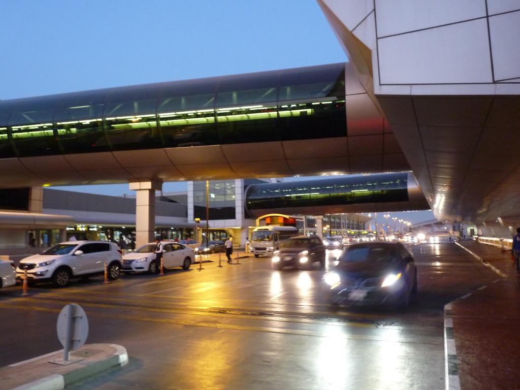 Dubajské letiště, tady jsem šel z příletové haly k odletové hale.