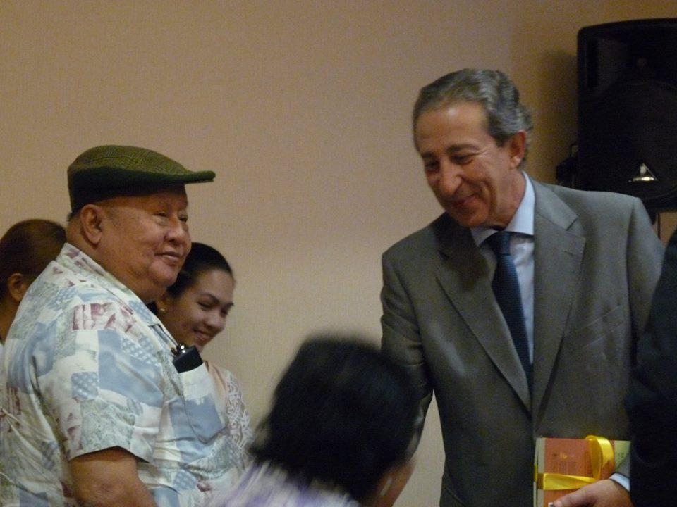 Zleva: národní umělec za literaturu F. Sionil Jose a Luis Antonio Calvo Castaño, španělský velvyslanec