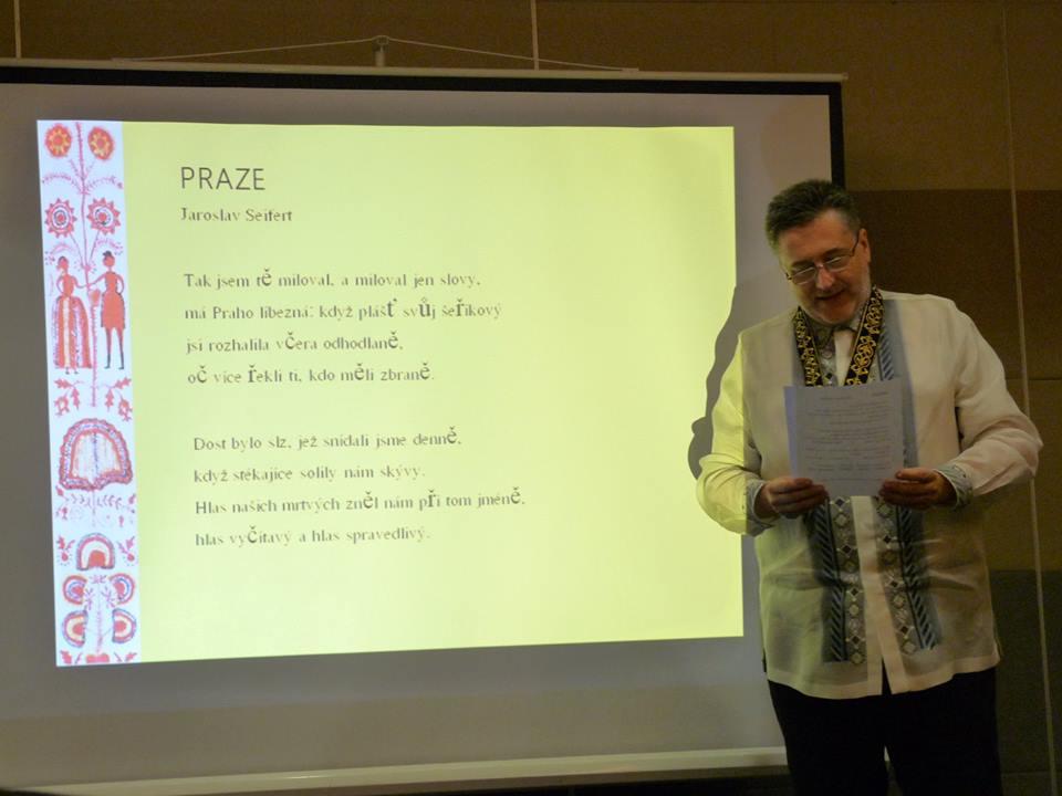 Český velvyslanec Jaroslav Olša Jr recituje česky úryvek z knihy