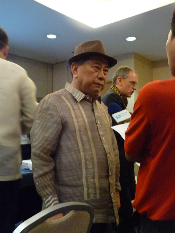 Nechyběli ani novináři a televize. Fotka zachycuje rozhovor s národním umělcem za literaturu Virgilio S. Almario